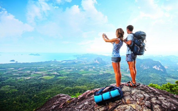 Backpackers-and-Travellers-Taking-Pictures-of-Mountains-600x375